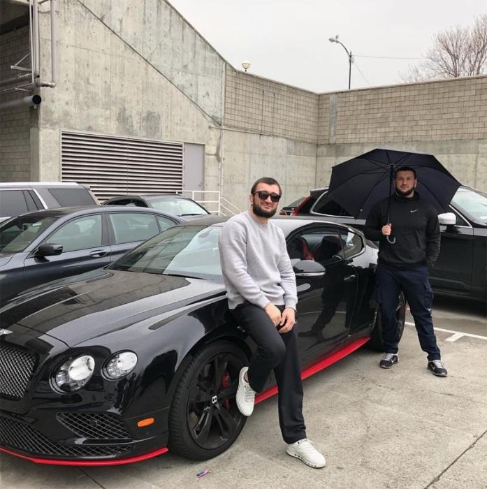 Хабиб Нурмагомедов и его брат у купе Bentley Continental GT. | Фото: zr.ru.