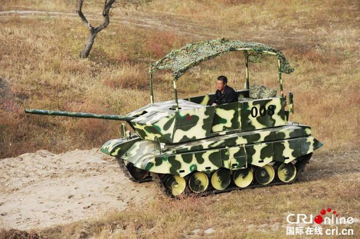Самодельному танку никакие преграды не помеха. | Фото: odditycentral.com.