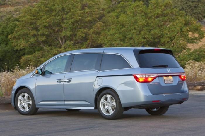 Японский минивэн Honda Odyssey 5 поколения.