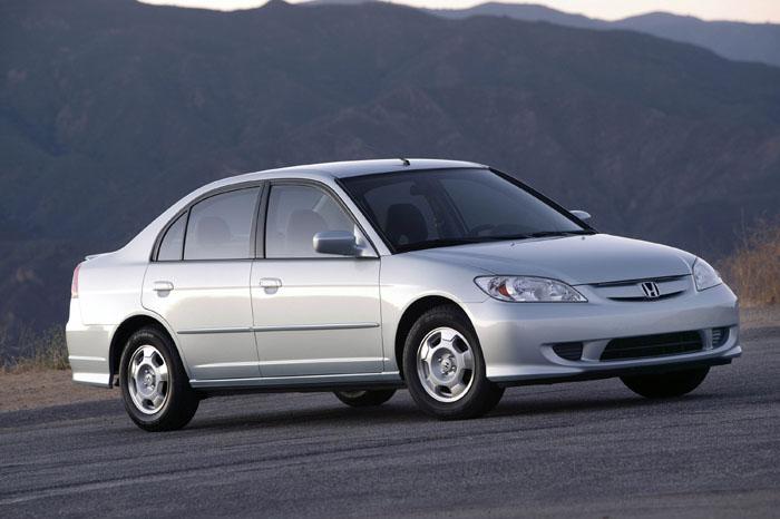 Седан Honda Civic 2004 года.