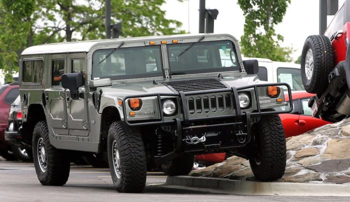 Hummer H1 – гражданская версия американского военного внедорожника. | Фото: cheatsheet.com.
