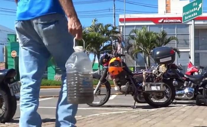 Рикардо Азеведо несет воду, набранную в реке, чтобы заправить свой мотоцикл. | Фото: motorcycle.com.