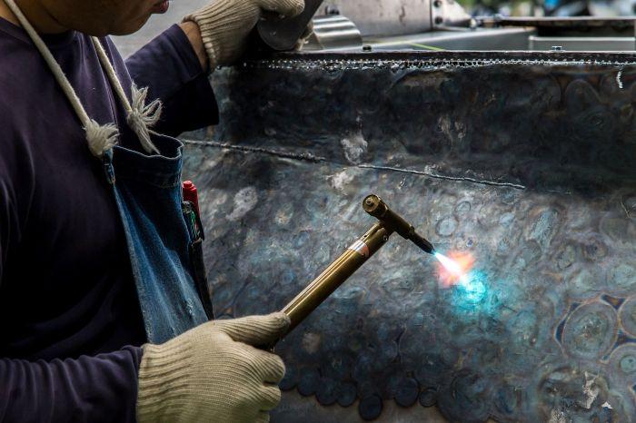 Выколачивание и сварка кузова Infiniti Prototype 9 из стального листа. | Фото: foxnews.com.