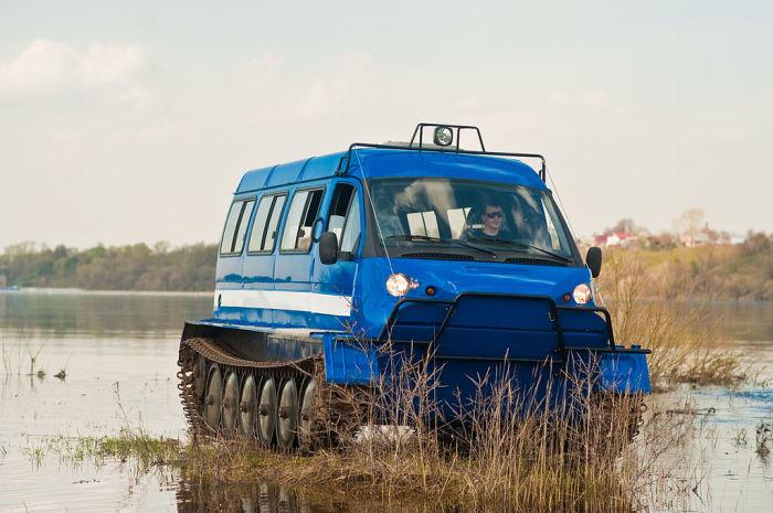 Гусеничный вездеход ГАЗ-34039 «Ирбис» на берегу водоема.