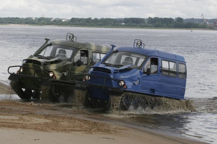 Вездеходы «Бобр» выезжают на берег.