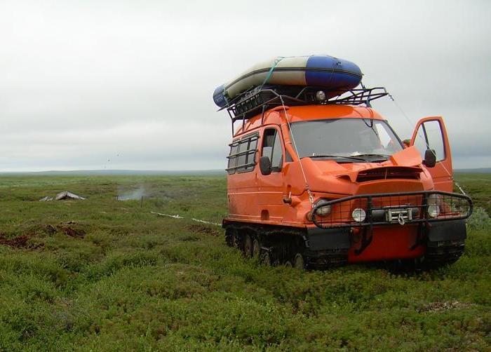 Гусеничный вездеход «Бобр» посреди болота.