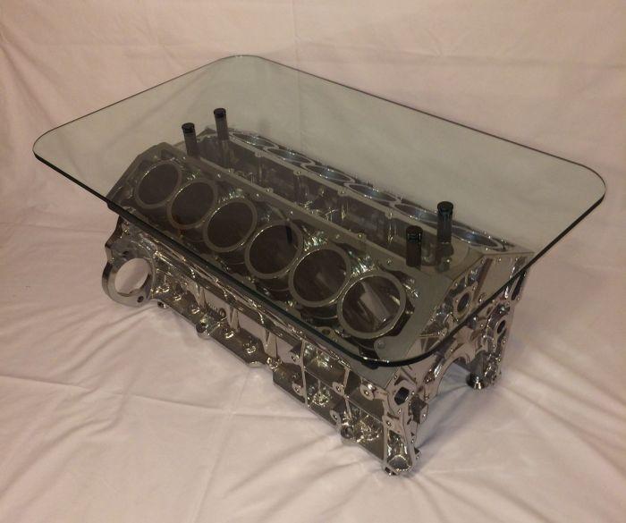 Блок цилиндров двигателя Jaguar V12, из которого сделали модный и практичный столик.