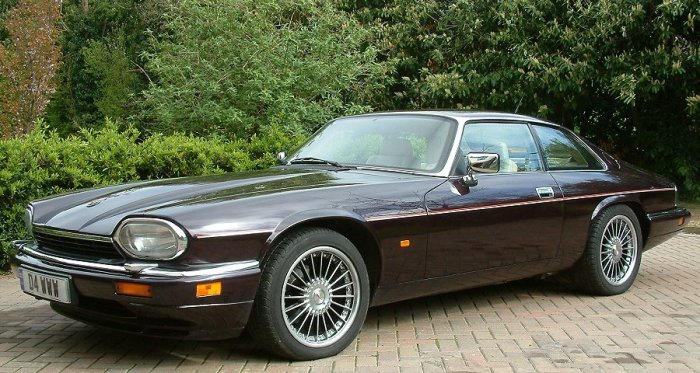 Спортивный автомобиль Jaguar XJ-S с двигателем V12.