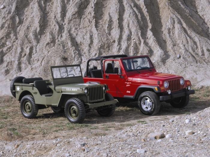 Внедорожники Willys MB и Jeep Wrangler, которых отделяют десятилетия.
