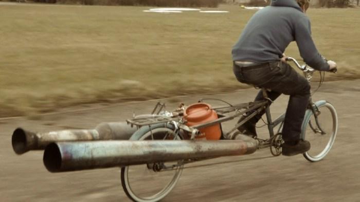 В раме велосипеда установлен баллон с топливом. | Фото: youtube.com.