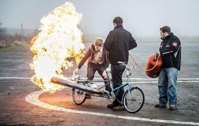 Огненный запуск двигателя. | Фото: dailymail.co.uk.