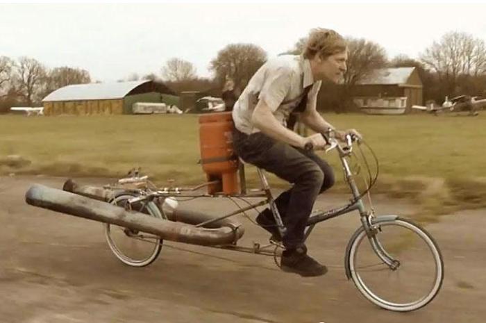 Это не велосипедист начала XIX века, а самодельная ракета на колесах. | Фото: road.cc.