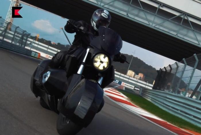 Из-за огромного оппозитного двигателя мотоцикл очень широкий и тяжелый. | Фото: kalashnikov.media.