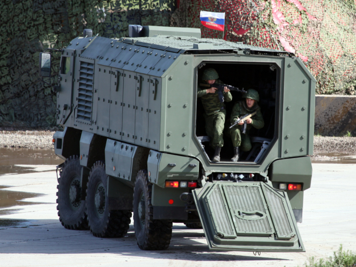 Десант покидает бронированный грузовик КамАЗ-63968 «Тайфун». | Фото: autowp.ru.