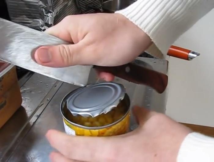 Открываем консервную банку при помощи ножа.