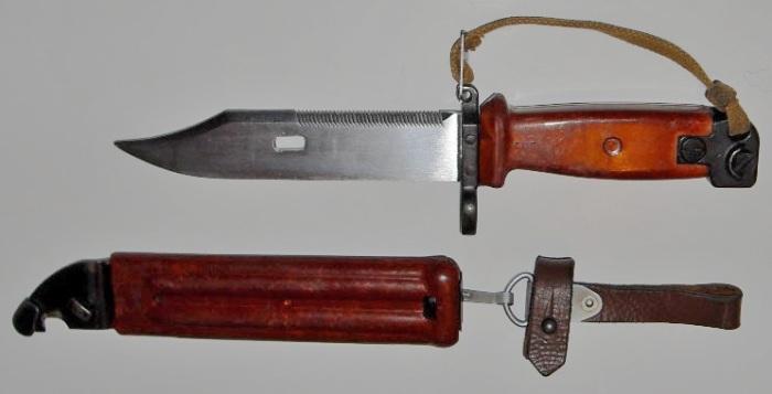 Штык-нож к российским автоматам АКМ и АК74. | Фото: ru.wikipedia.org.