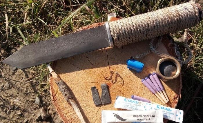 Самодельный нож выживания, в рукояти которого помещается немало полезных вещей. | Фото: youtube.com.