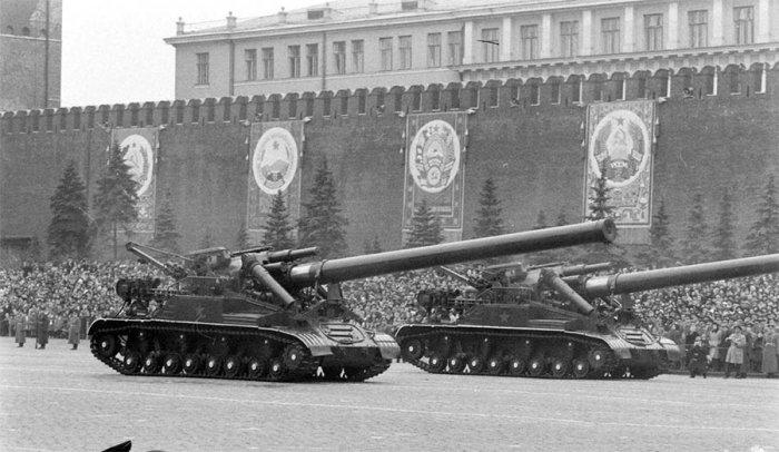 Советская САУ «Конденсатор» принимает участие в параде на Красной площади, 1957 год.
