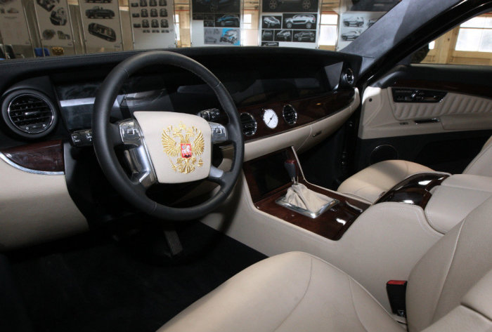Рабочее место водителя в лимузине «Кортеж». | Фото: rg.ru.