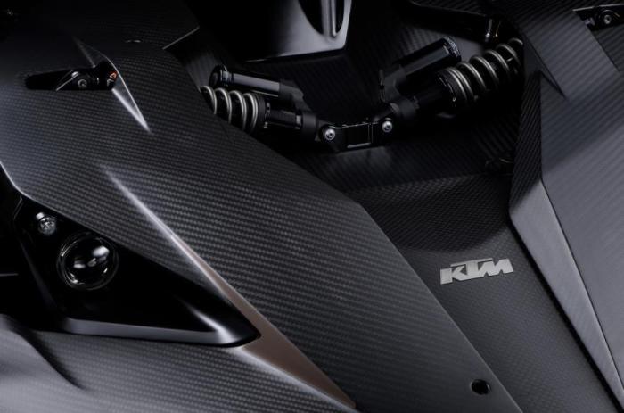 Мотоциклетные мотивы в автомобиле.