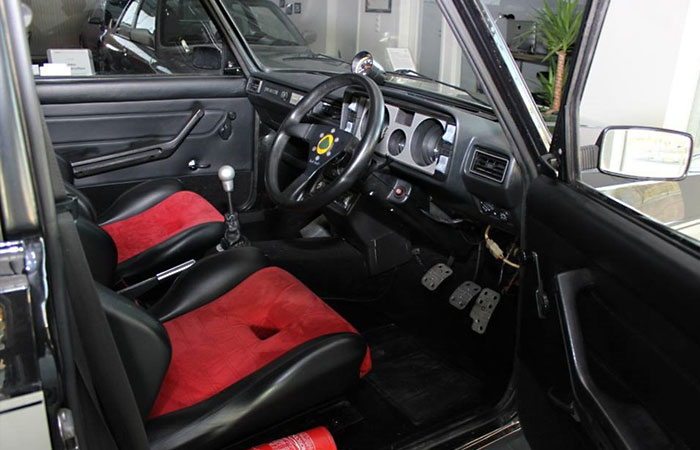 В салоне тюнингованной Lada Riva также немало изменений, среди которых спортивные сиденья, руль и новая отделка.   Фото: 2drive.ru.