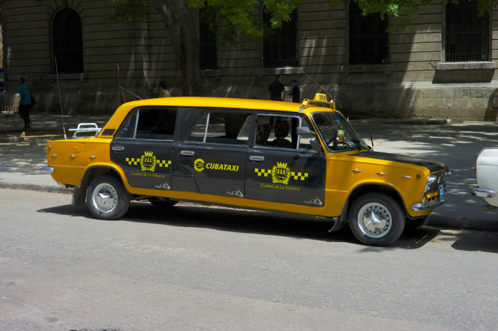 Шестидверная «Лада»-лимузин – чудо чудное в России, но типичное такси, который можно увидеть каждый день в Гаване.   Фото: flickr.com.