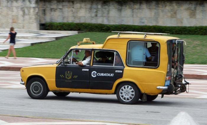 Из обычного «Жигуля» сделали вместительный фургон-«каблучок» для перевозки пассажиров.   Фото: hiveminer.com.