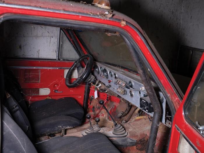 Автомобиль получил каркас безопасности и упрощенную приборную панель. | Фото: rmsothebys.com.