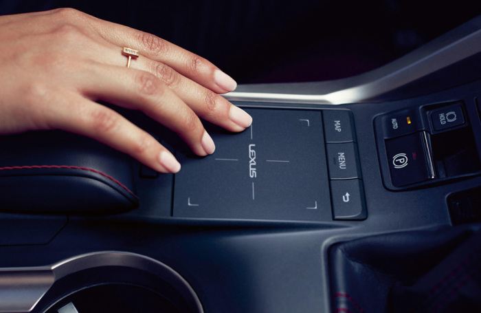 На новых автомобилях Lexus устанавливается сенсорная панель. | Фото: major-lexus.ru.