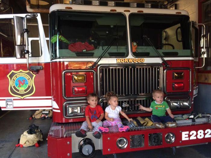 Двухлетние Джуд, Стелла и Хавьер на пожарной машине.