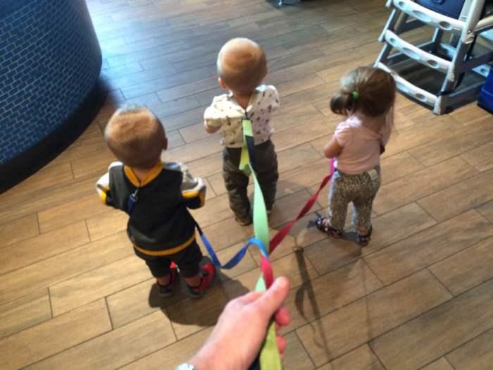 Трое детишек под управлением заботливого папы.
