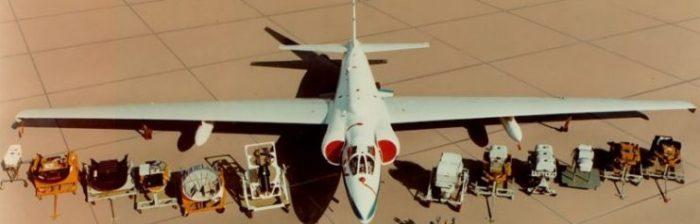 Самолет-разведчик Lockheed U-2 рядом с комплектом шпионского оборудования, которое использовалось в разнообразных миссиях. | Фото: warhistoryonline.com.
