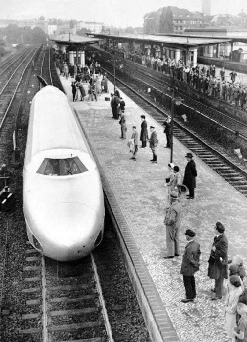 «Рельсовый цеппелин» на вокзале. | Фото: nibler.ru.