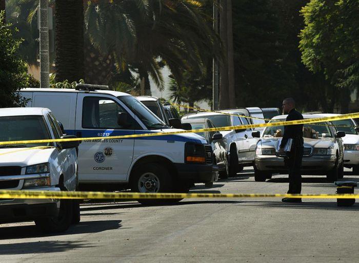 Полиция и следователи исследуют место преступления в Лос-Анджелесе, штат Калифорния.