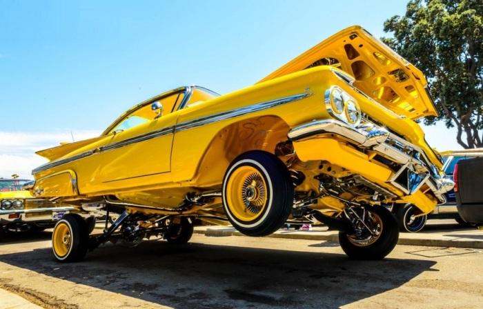 Автомобиль-лоурайдер из США.