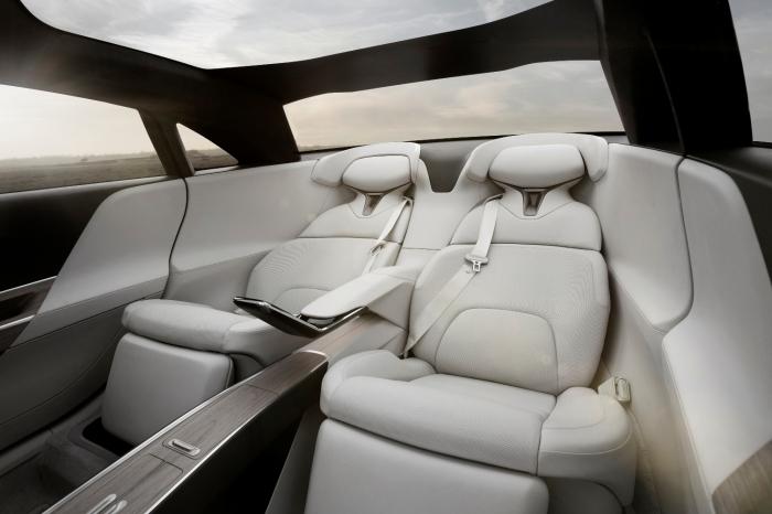 Задние сиденья седана бизнес-класса Lucid Air.