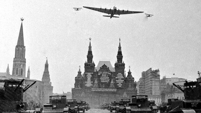 «Максим Горький» над Красной площадью, 7 ноября 1934 год. | Фото: twitter.com.