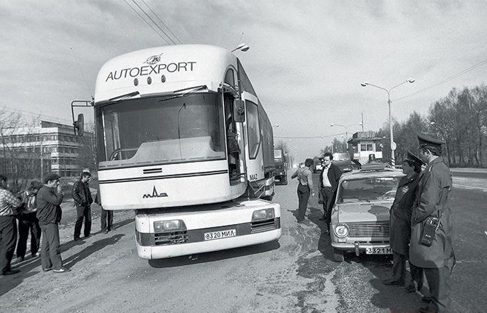 Видно, как сдвигается тяговый модуль относительно кабины грузовика МАЗ-2000.