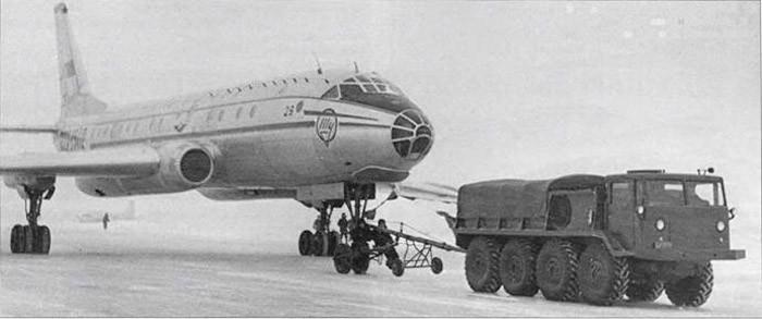Первые советские авиалайнеры перемещали по аэродрому тяжелые тягачи МАЗ-535. | Фото: pikabu.ru.
