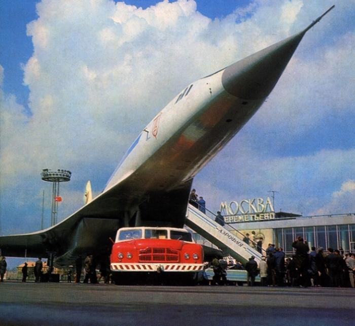 МАЗ-541 и сверхзвуковой авиалайнер Ту-144 в аэропорту Шереметьево. | Фото: autowp.ru.
