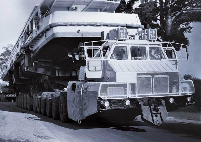 МАЗ-7907 транспортирует речное судно массой 88 тонн.