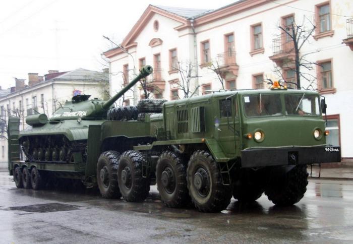 МАЗ-537 с танком на полуприцепе. | Фото: avto-nomer.ru.