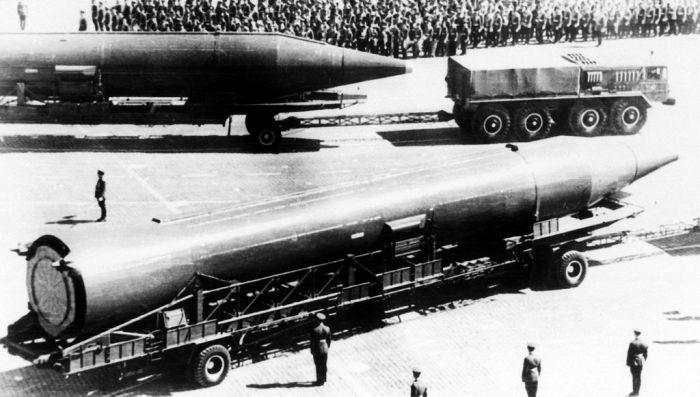 Тягач МАЗ-535А буксирует баллистическую ракету Р-14, 1977 год. | Фото: defenseimagery.mil.