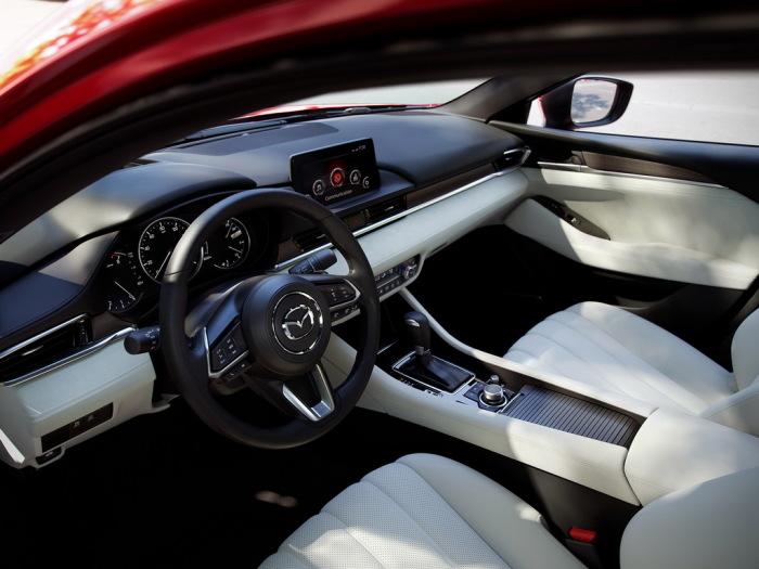 Салон обновленной Mazda6 теперь выглядит намного дороже. | Фото: avtonam.ru.