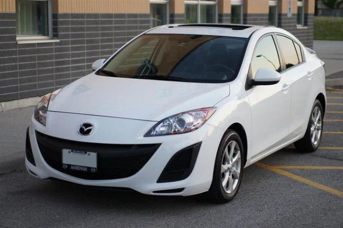 Симпатичный седан Mazda 3 второго поколения.