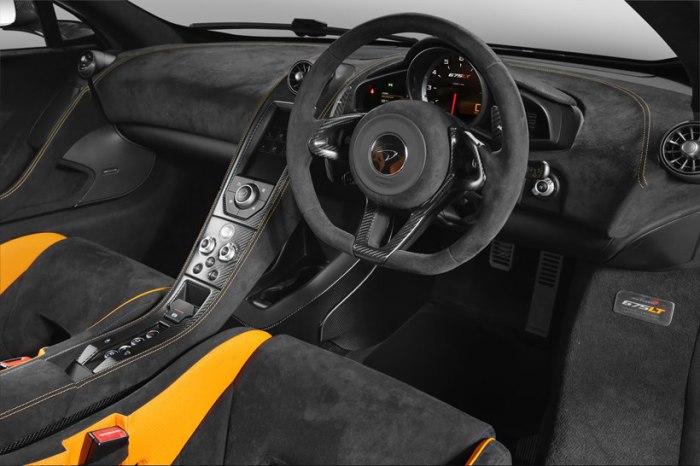 Карбоновый руль суперкара McLaren 675LT.