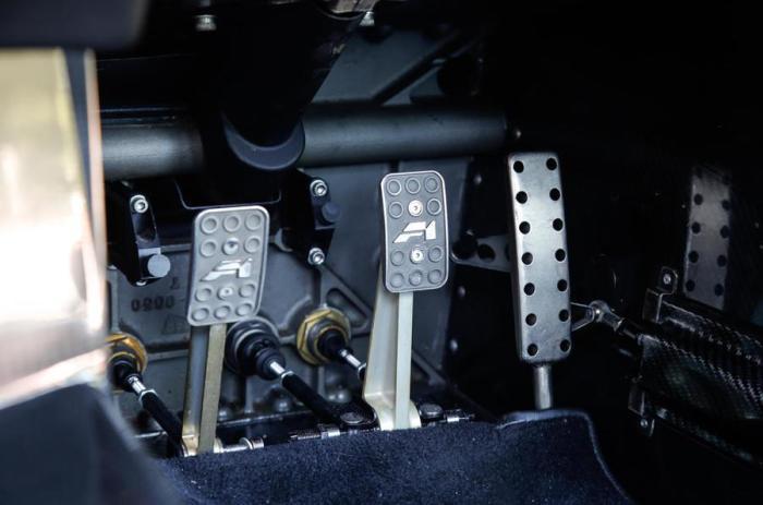 Титановые педали на суперкаре McLaren F1.