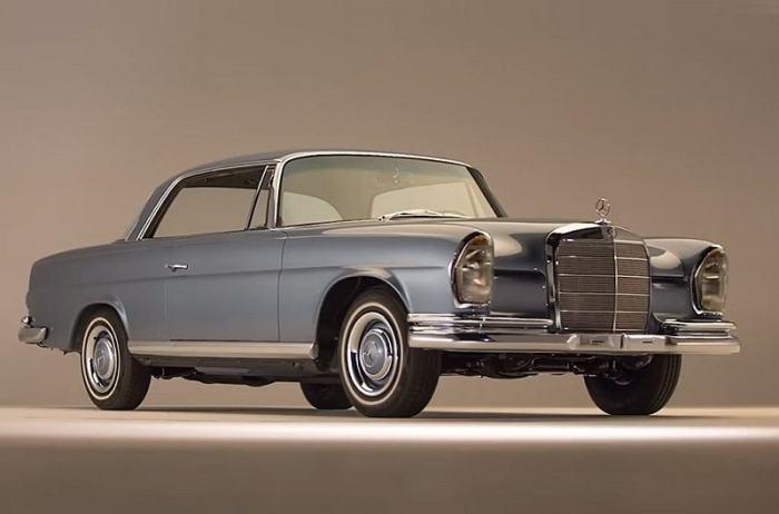 Голубое купе Mercedes-Benz 250SE 1966 года выпуска. | Фото: cheatsheet.com.