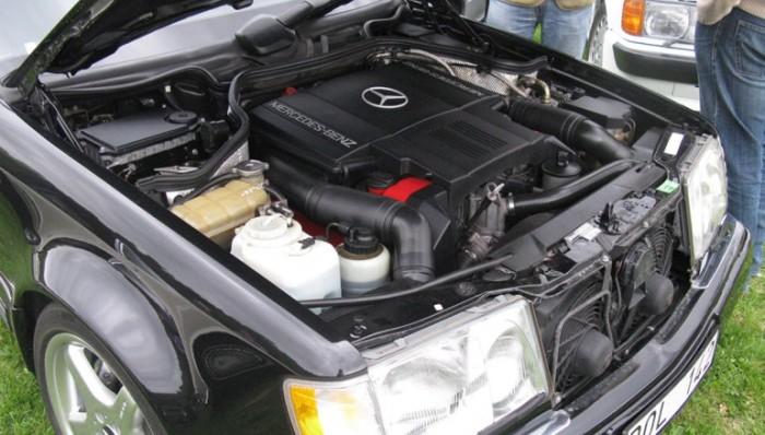 5,0-литровый двигатель V8 Mercedes-Benz 500E.