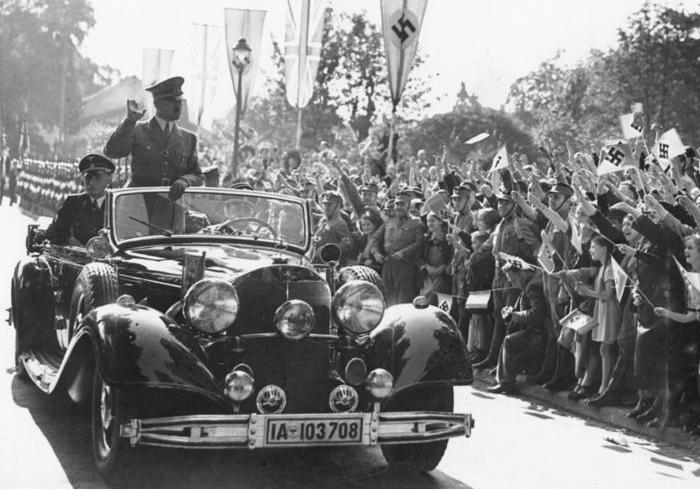 Адольф Гитлер едет в кабриолете Mercedes-Benz 770 второго поколения (W150), сентябрь 1938 года. | Фото: ru.wikipedia.org.